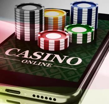 """En mobiltelefon med texten """"Casino Online"""" och spelmarker på sig."""